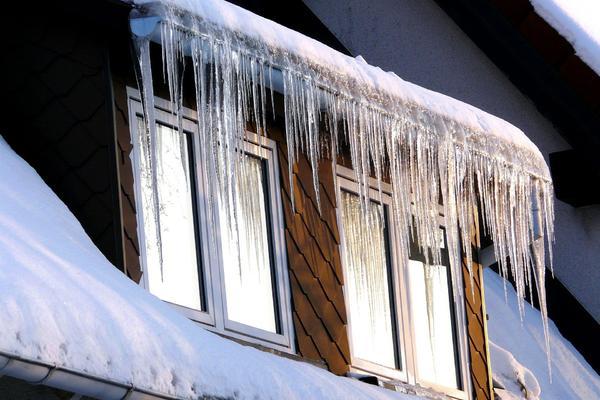 Eiszapfen an der Dachgaube